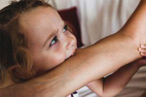 ösztönanyu montessori szülőknek, amikor egy gyerek harap 1